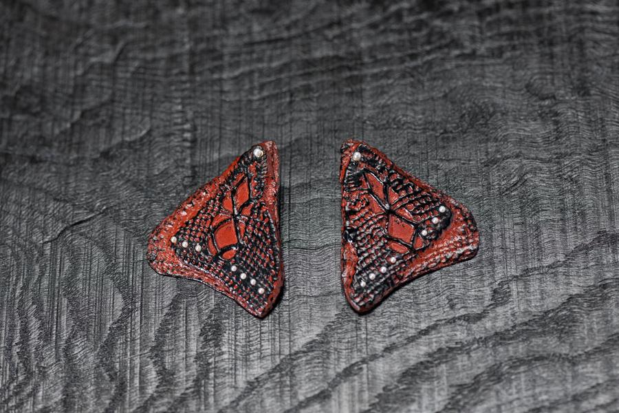 Urushi-Ohrschmuck Flügel, urushi auf Spitzen, Perlchen, Gold 750 und 999