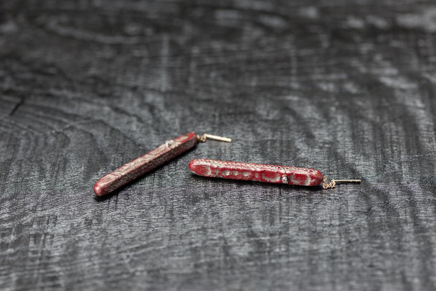 Urushi-Ohrschmuck, urushi rot und Zinnpulver auf Spitzendecke, Brillanten, Gold 750