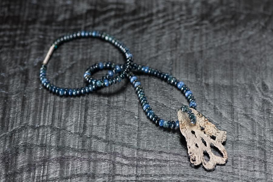 Urushi-Kette, grün-blaue Safire, urushi auf Spitzendecke, Zinnpulver, Weissgold 750