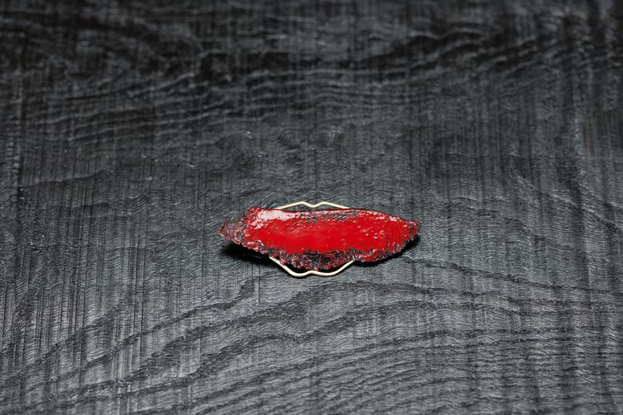Urushi-Brosche 'Lippen', roter urushi, Stoff, Gold 750