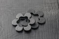 Urushi-Armreife 'Blumen', fuki urushi auf Eiche, Silber und diverse farbige Brillanten