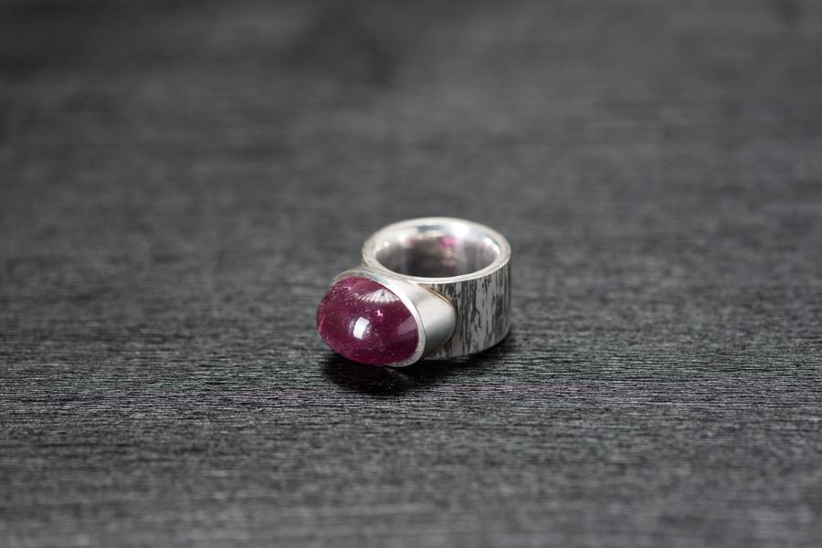 Ring, Rubellitcabochon, Palettenmaterial (Silber und Palladium)