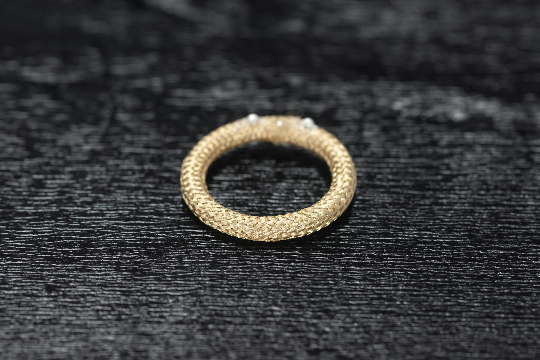 Ring geflochtenes Gold um Platinkern